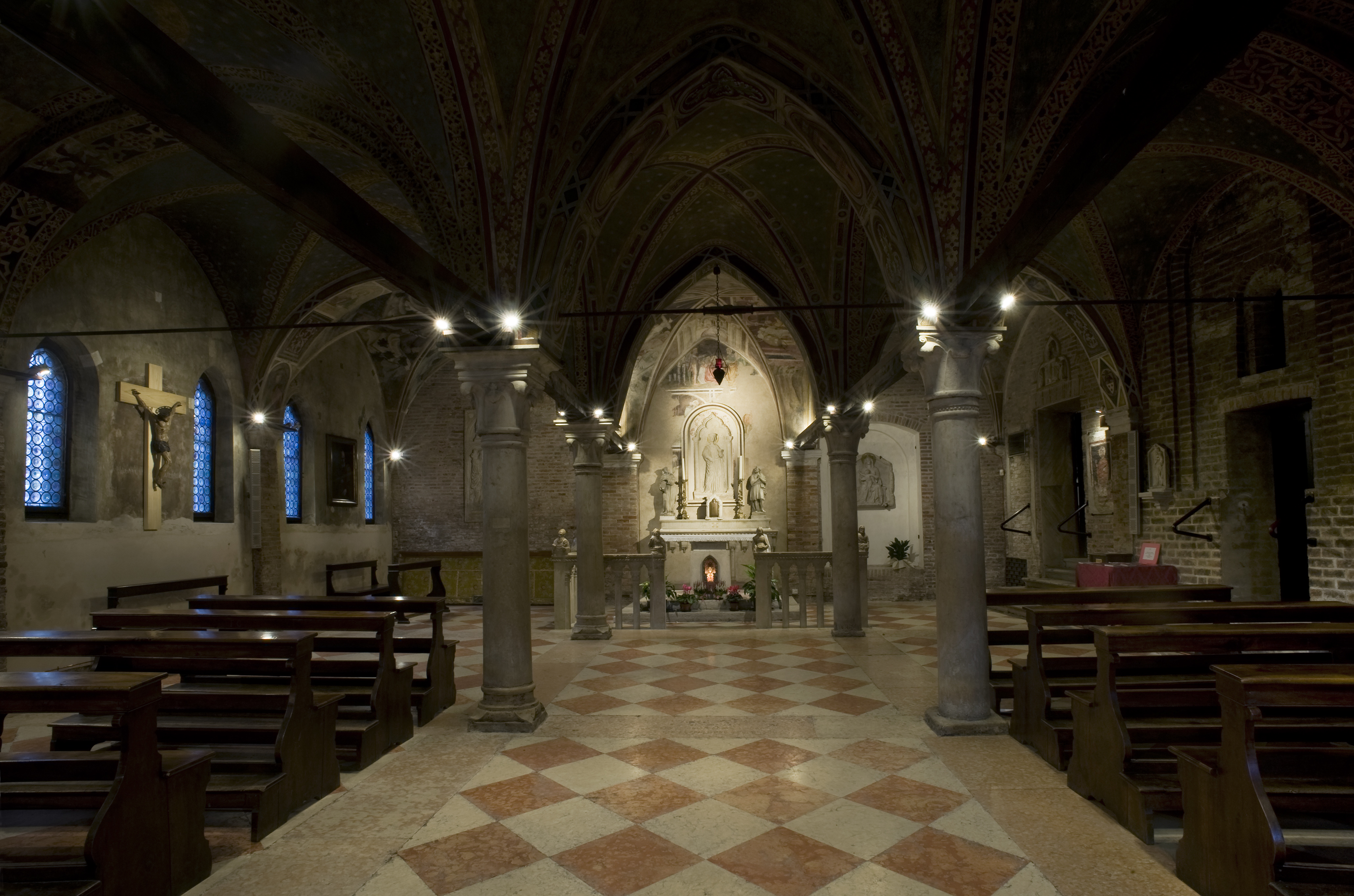Quattro scenari e 100 led vivacizzano la chiesa elettro