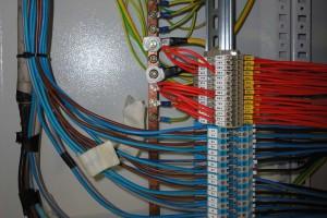 CARTELLINI APPROSSIMATIVI. Un paio di cartellini realizzati utilizzando nastro adesivo di carta sono un'indicazione approssimativa, mentre non sono identificati gli altri circuiti presenti in uscita. Nel cablaggio del quadro elettrico l'esecuzione della siglatura è comunque impeccabile.