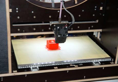 Fase di stampa 3D di un piccolo oggetto con una stampante che costa meno di 1000 euro e che impiega la tecnologia FDM, a deposizione di filamenti fusi