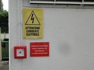 Un cartello realizzato su misura, posto all'esterno di una cabina di trasformazione, con l'indicazione corretta sulle funzioni. In questo caso azionando, in caso di incendio, il comando di emergenza avremo comunque la continuità di servizio della pompa antincendio