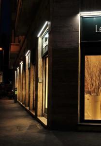 Le lampade a LED consumano meno energia (in watt), ottenendo un rilevante risparmio economico. Inoltre mantengono il 70% dell'emissione luminosa iniziale dopo 50.000 ore