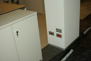 Le prese di servizio a parete sono spesso utilizzate per fax, fotocopiatrici, stampanti o altri apparati, può risultare conveniente predisporre in ogni punto le due tipologie di alimentazione elettrica oltre ai dati
