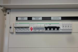 Indicazione inequivocabile della funzione dell'interruttore e dispositivi di segnalazione della presenza di tensione esempio sezione normale alimentata dalla pubblica rete