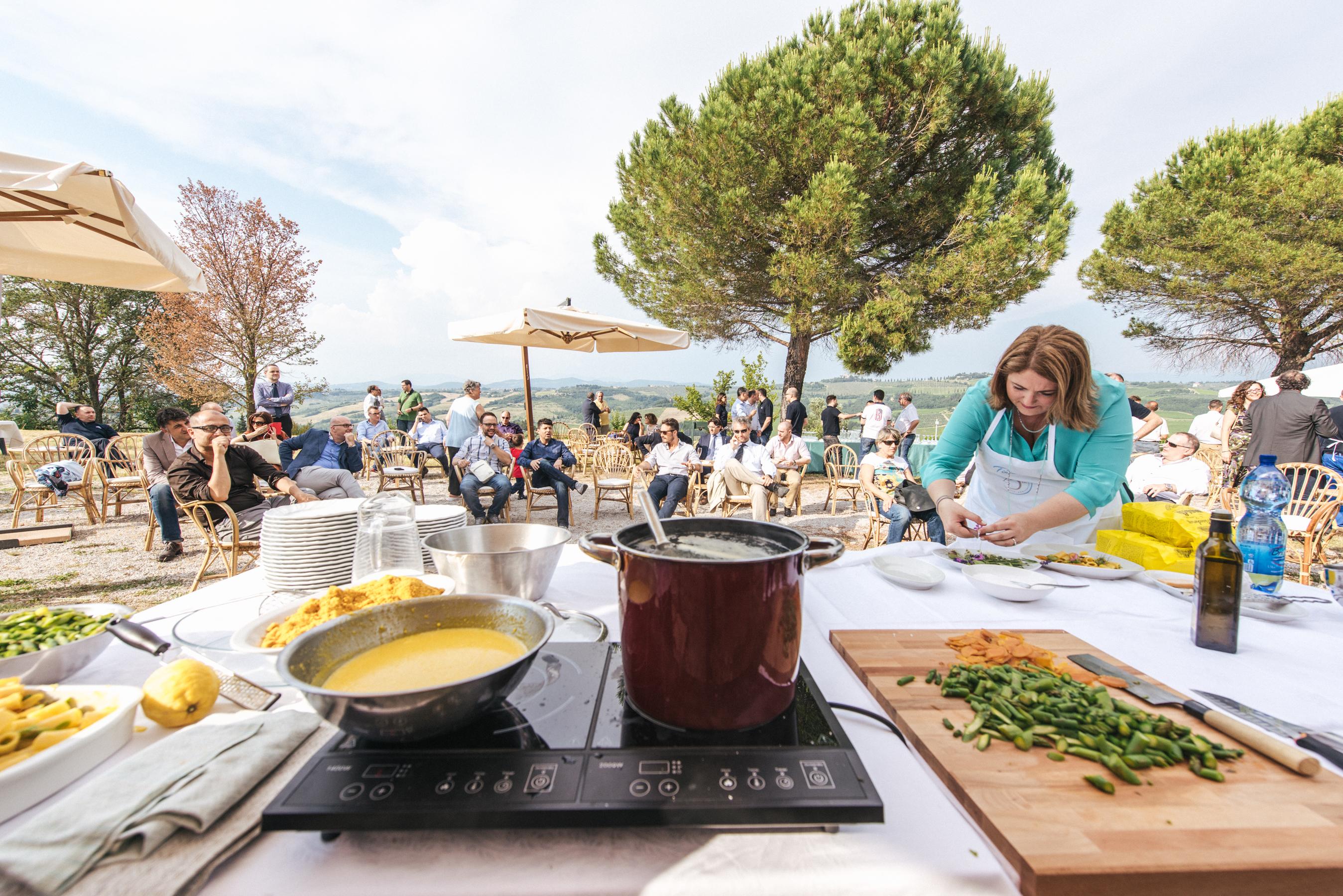 Un momento del cooking show con Tiziana Stefanelli e Simone Campinoti.