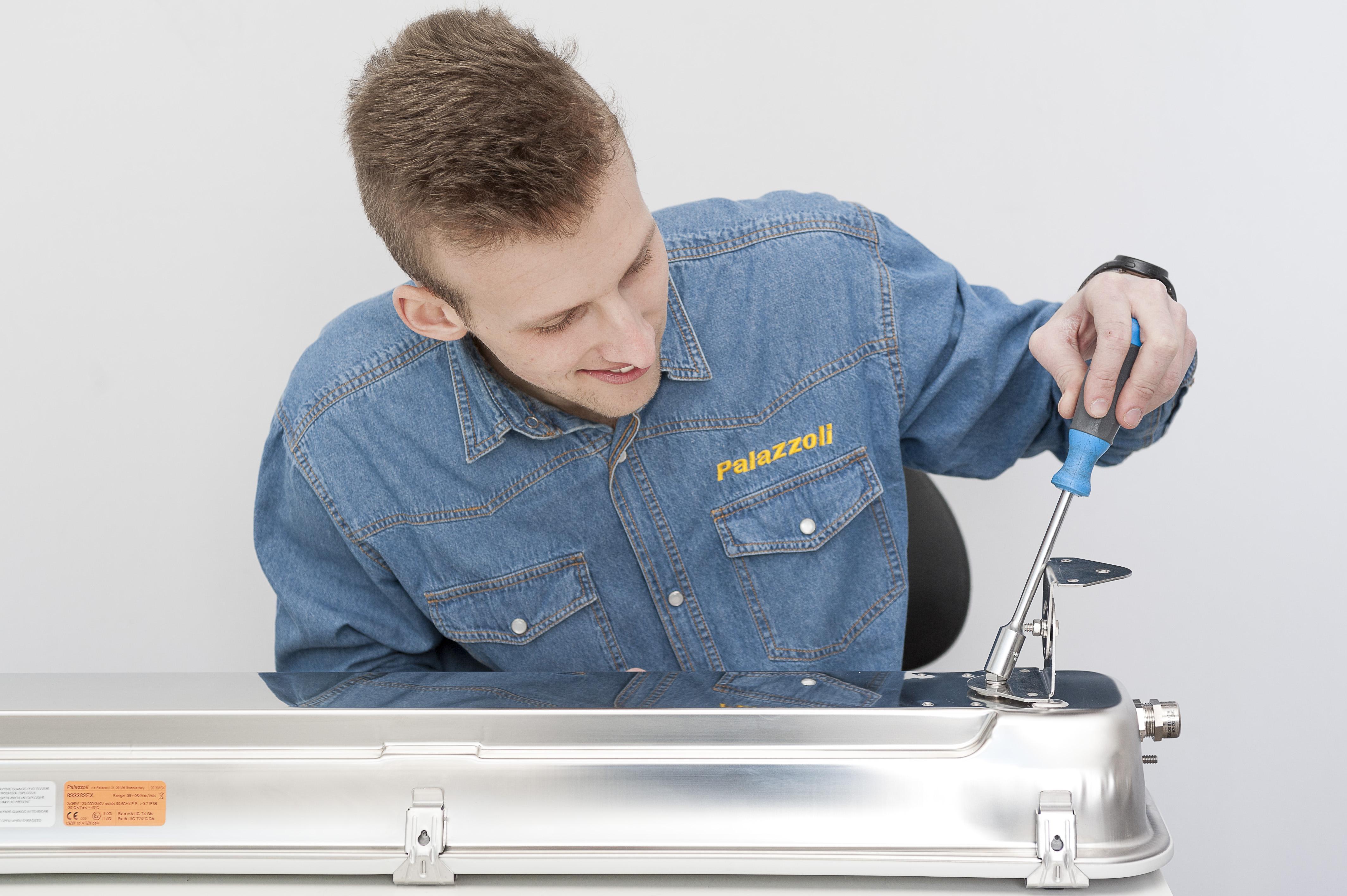 Ganci Per Vetro Plafoniere : Plafoniere sicure per laboratori e officine elettro