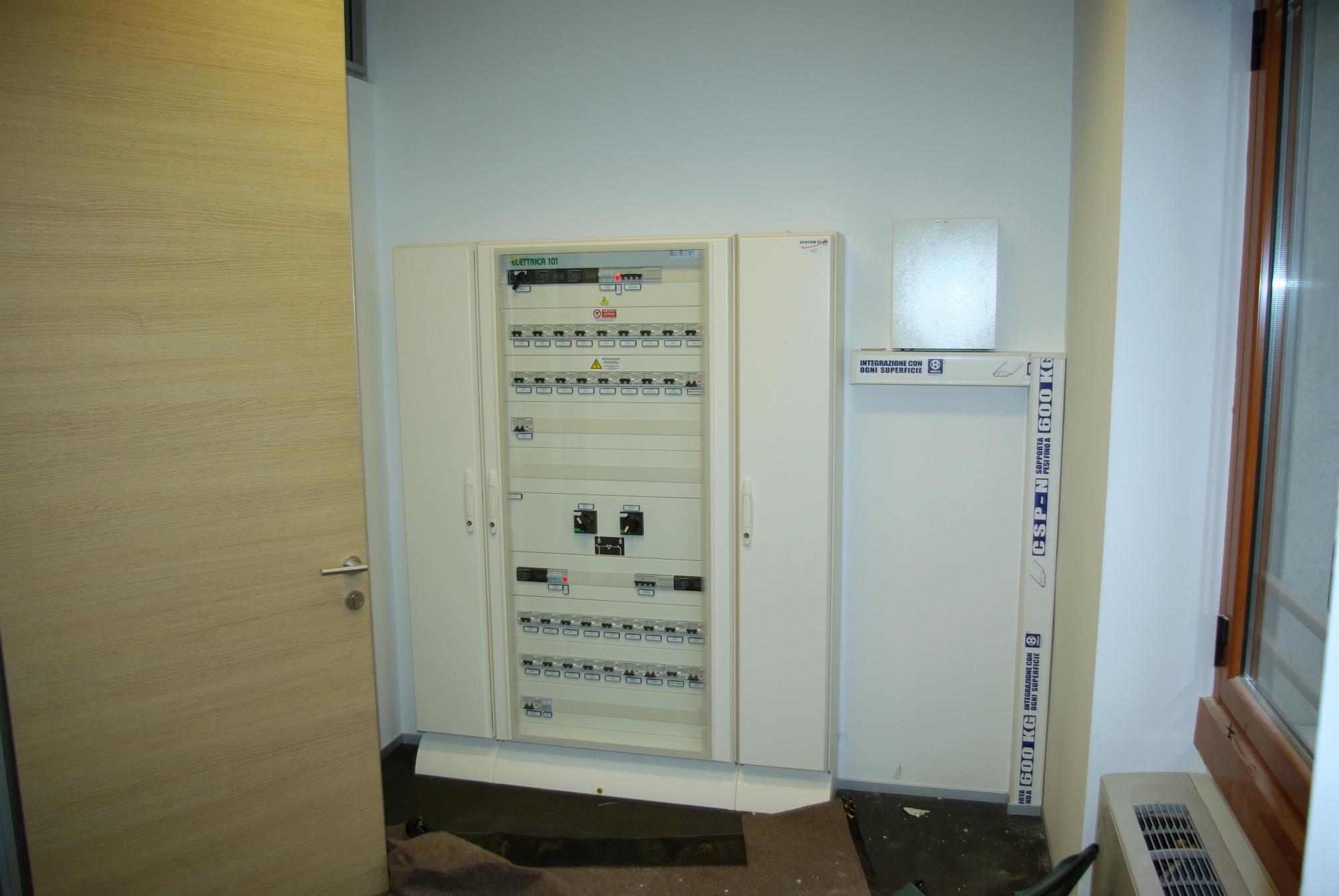 Schemi Elettrici Ups : Alimentazione ordinaria e per ups negli uffici elettro