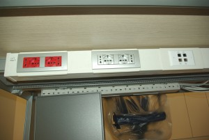 Nell'esempio le prese sono di diverso tipo per meglio adattarsi alle spine delle apparecchiature e sono distinte dal colore rosso per quelle alimentate da UPS in continuità assoluta e di colore bianco per l'energia normale. Le prese dei dati sono sempre in apposita scatola dedicata