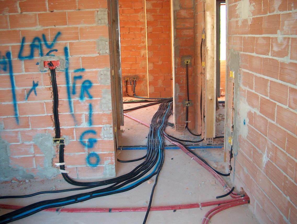 Tubazioni incassate come eseguire la posa elettro - Colori cavi elettrici casa ...