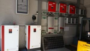 GLI INVERTER. Sono stati installati due contatori di produzione (erano stati richiesti due incentivi diversi in Conto energia) e inverter di tre marche differenti: Fronius, Refusol e Ingeteam.