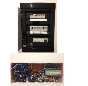 La disposizione del Gateway nel quadro elettrico e i collegamenti alla prima scatola di derivazione sotto il quadro senza setto-separatori.