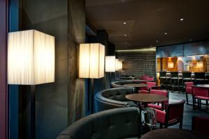 Le Lampade che illuminano i tavoli sono rese discrete grazie alle finiture nere. - Foto Tiziano Scaffai -Treviso