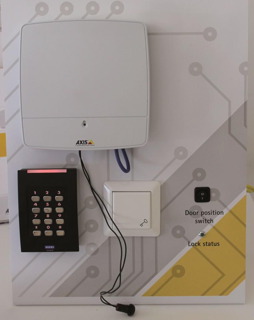 Axis A1001 Network Door Controller, dispositivo di rete con piattaforma aperta per il controllo accessi.